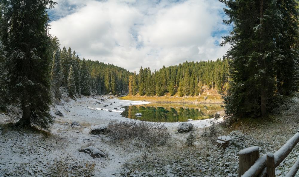 Lago Carezza neve