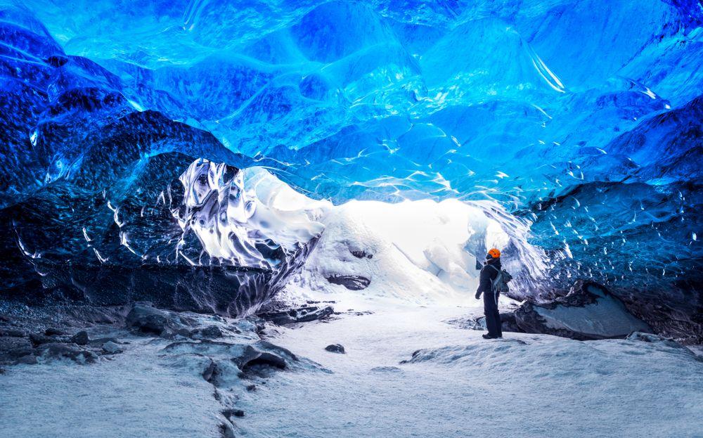 Una delle tante grotte di ghiaccio da visitare nel parco del Vatnajökull